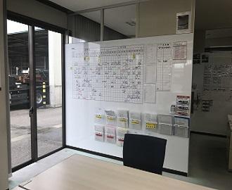 「生産効率アップ」にこだわり、壁の一部をホワイトボードに