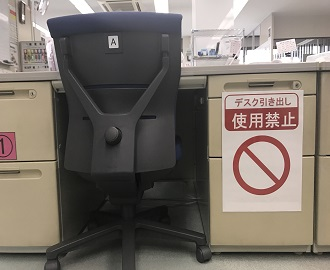 デスクの引き出しは使用禁止、書類や資料は全員で共有